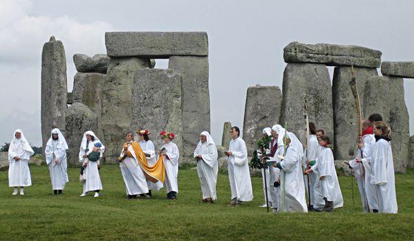 ストーン・サークルに集まるドルイドの祭司たち