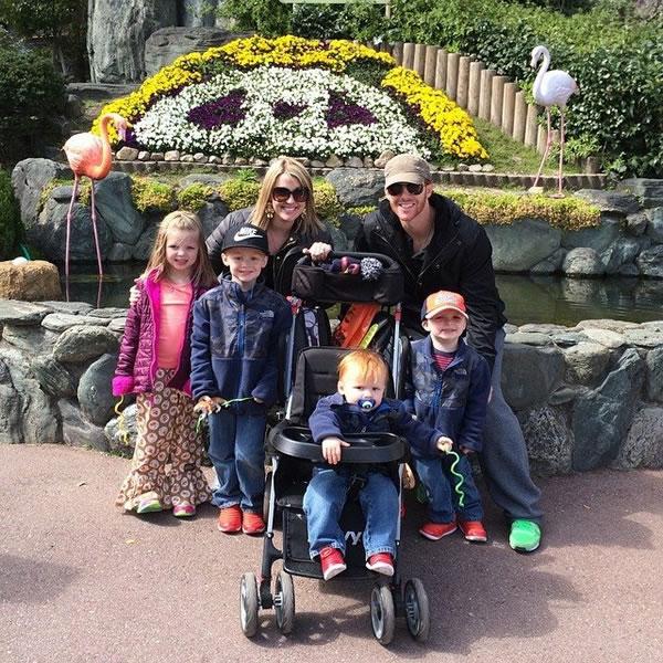 プロ野球選手マット・マートン―家族との写真