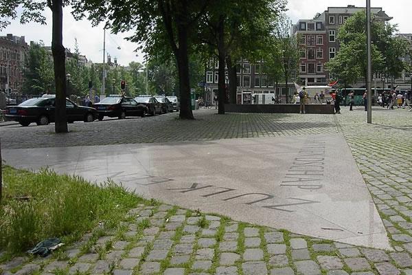 アムステルダムにあるゲイとレズビアンを追悼する記念碑「ホモモニュメント」