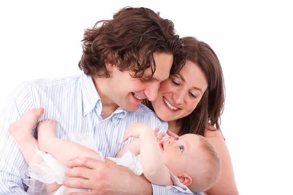 人間の赤ちゃんが言語を習得するのに必要な条件