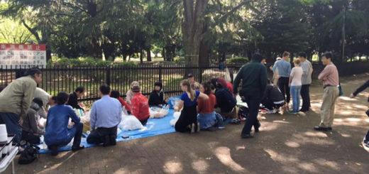 代々木公園通路チャペル.パンの袋詰をしている